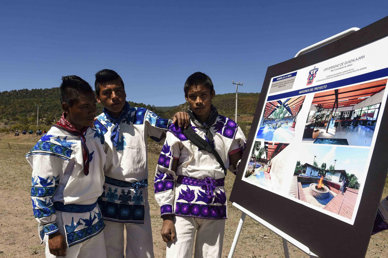 Jóvenes de la comunidad de San Miguel Huaixtita, observando las imágenes del proyecto Bachillerato Intercultural Tecnológico.