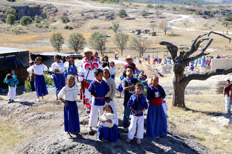 Habitantes de las comunidades wixárikas de Jalisco, posando para fotografía panorámica.