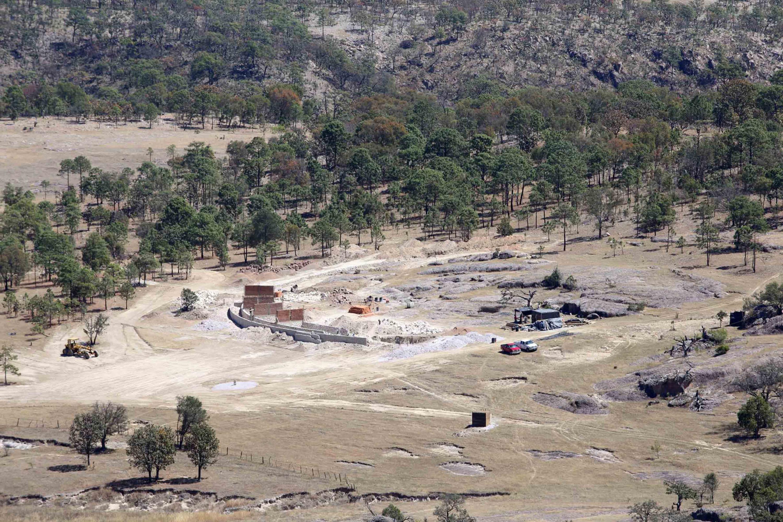 Vista panorámica del plantel que se instala en la comunidad de Ocota de la Sierra, con un avance del 20 por ciento de construcción en su primera etapa.