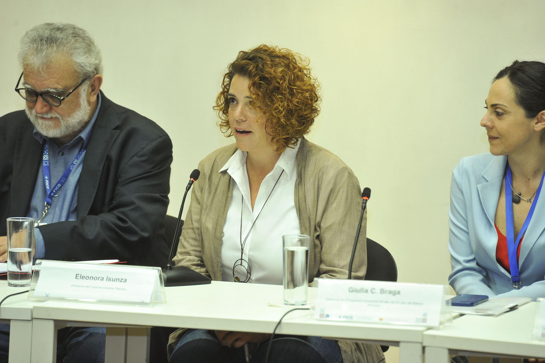 Eleonora Insunza, Directora del Festival Cinema Planeta, haciendo uso de la palabra