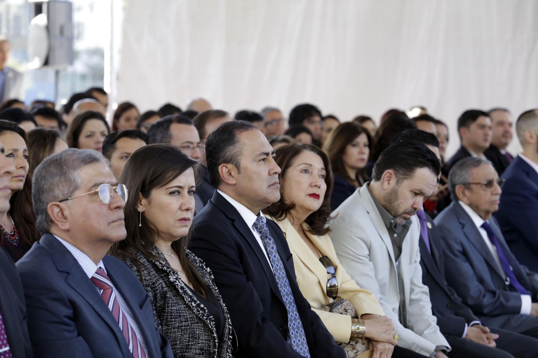 Asistentes a la inauguración de las obras escuchan a las autoridades de UDG