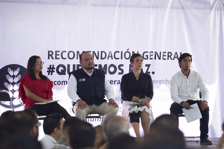 4 presentadores sentados escuchan la intervencion del presidente de la FEU