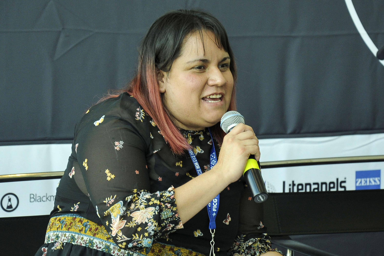 Directora de AMTEC Educación, Ariadna del Castillo, con micrófono en mano haciendo uso de la palabra; durante rueda de prensa celebrada en el Conjunto de Artes Escénicas.