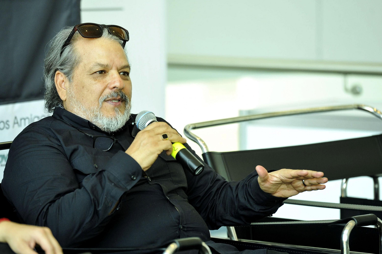 Especialista en la cinematografía, con micrófono en mano haciendo uso de la palabra; durante rueda de prensa.