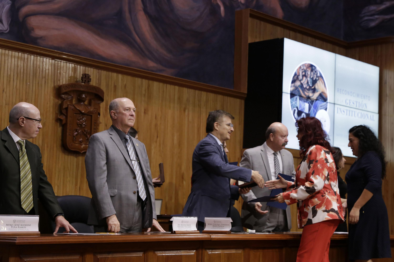 Rector General de la Universidad de Guadalajara (UdeG), maestro Itzcóatl Tonatiuh Bravo, haciendo entrega de reconocimiento