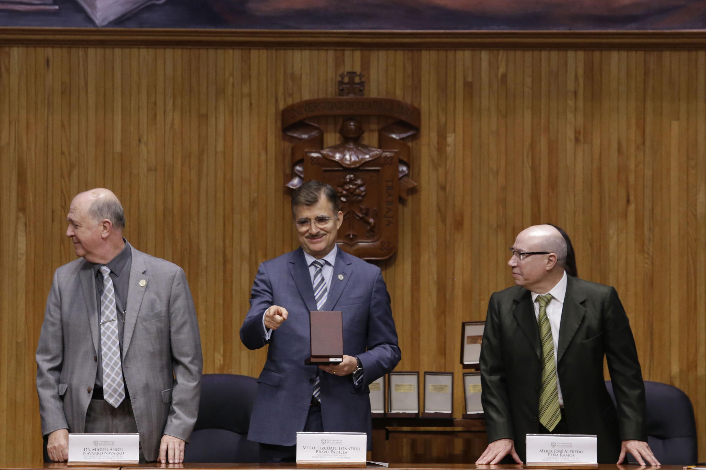 Rector General de la Universidad de Guadalajara (UdeG), maestro Itzcóatl Tonatiuh Bravo Padilla, durante la entrega de reconocimientos al mérito institucional