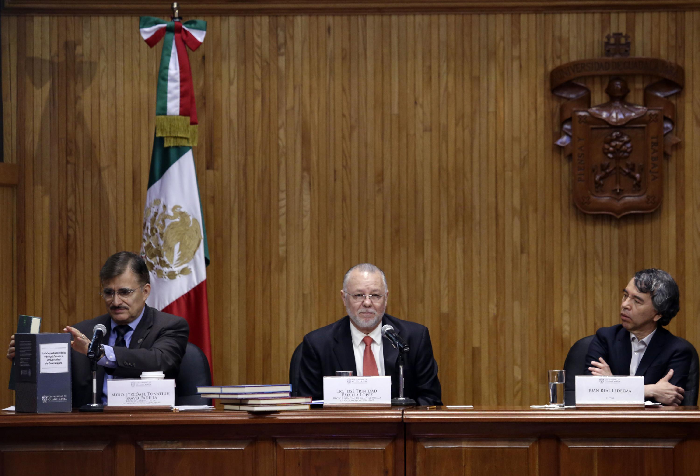 Autoridades de la Universidad de Guadalajara y autor de la obra, participando en la presentación de la misma.