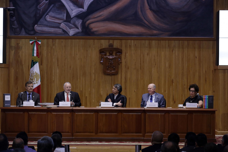 Honorables miembros del presídium presentando la obra de consulta, en el Paraninfo Enrique Díaz de León.