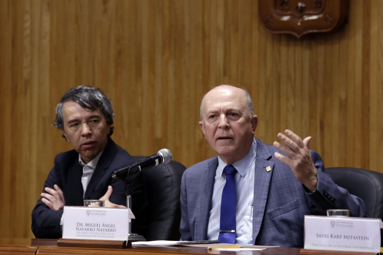 Doctor Miguel Ángel Navarro Navarro, Rector General Electo de la Universidad de Guadalajara, frente al micrófono.