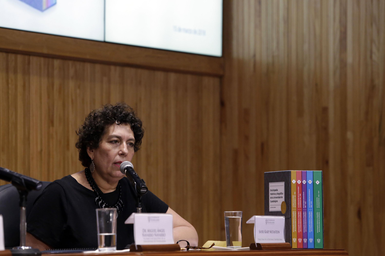 Maestra Sayri Karp Mitastein, directora de la Editorial Universitaria, participando en la presentación de la obra.