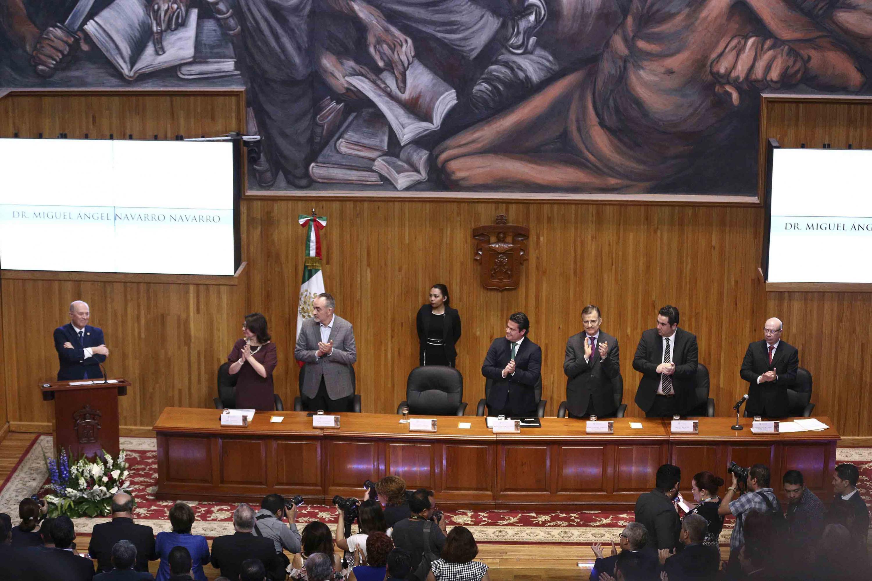 Doctor Miguel Ángel Navarro Navarro, Rector General de la Universidad de Guadalajara, ovacionado por los honorables asistentes a la ceremonia.