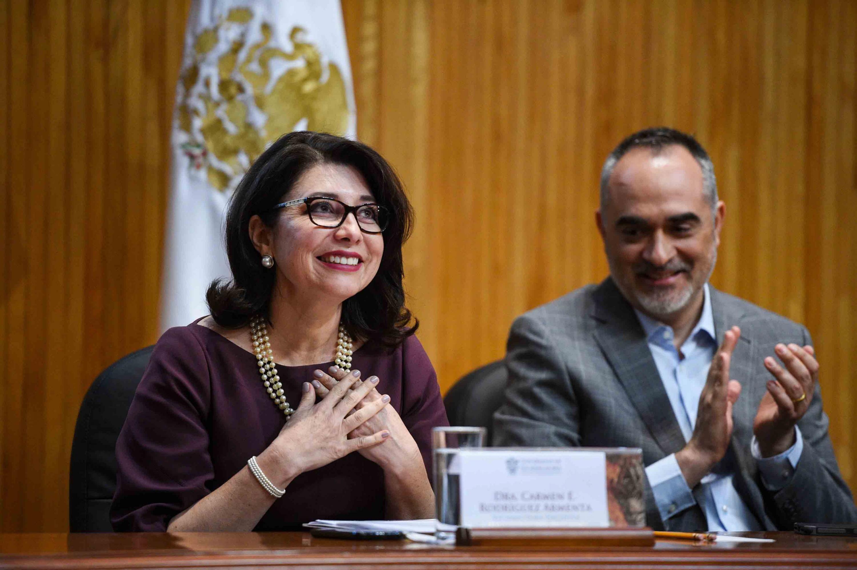 Doctora Carmen Enedina Rodríguez Armenta, Vicerrector Ejecutivo de la Universidad de Guadalajara, ovacionada por los asistentes a la ceremonia.