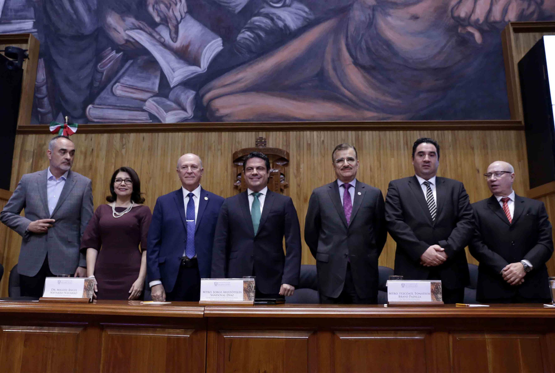 Representantes de los tres Poderes de Jalisco, autoridades civiles y universitarias, así como Rector General saliente participando en la ceremonia.