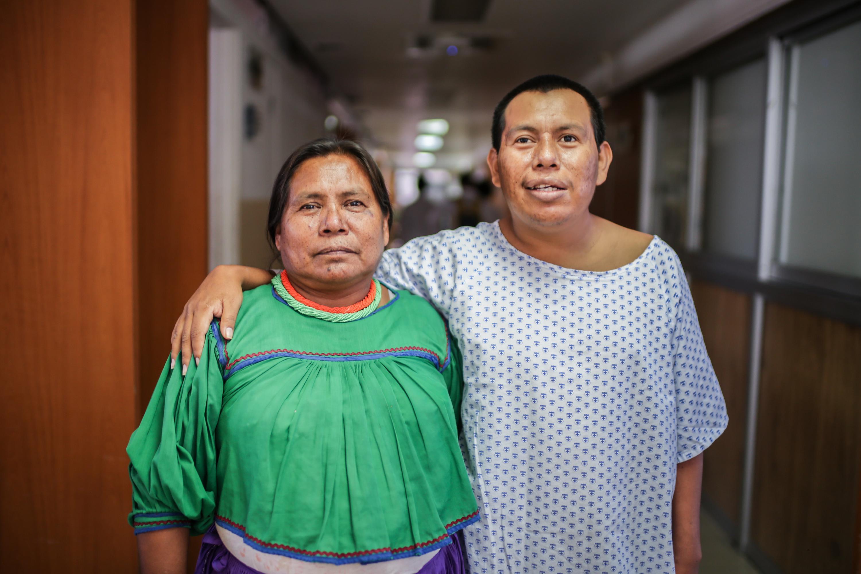 Retrato del alumno  Eulogio Romero de la Cruz con una de sus familiares