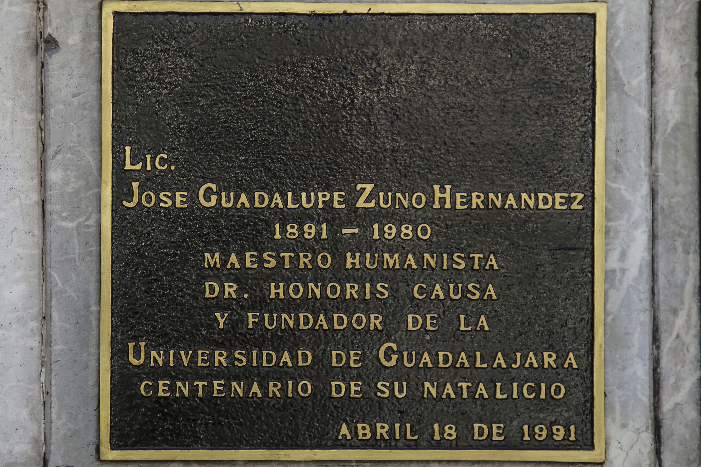 Placa conmemorativa del Lic. Zuno en la rotonda de los jaliscienses ilustres