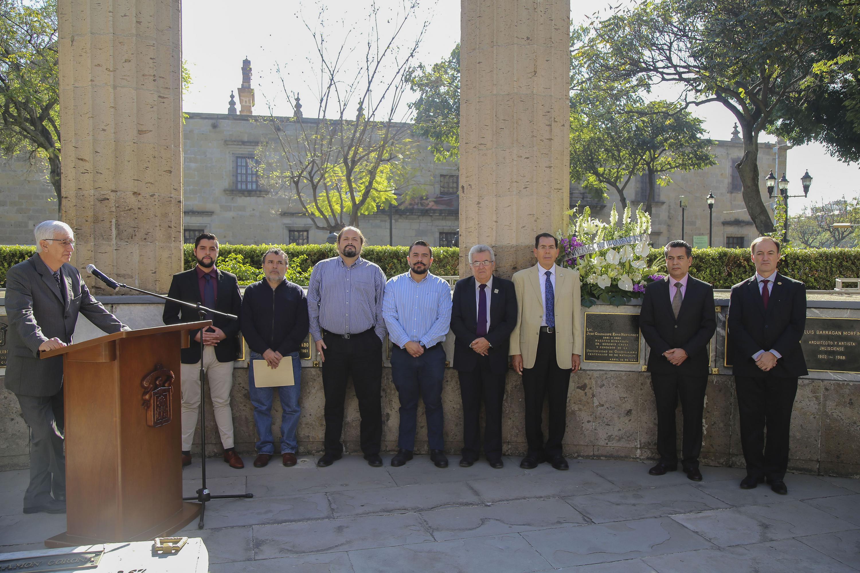 El maestro de ceremonias lee una semblanza de Jose Guadalupe Zuno