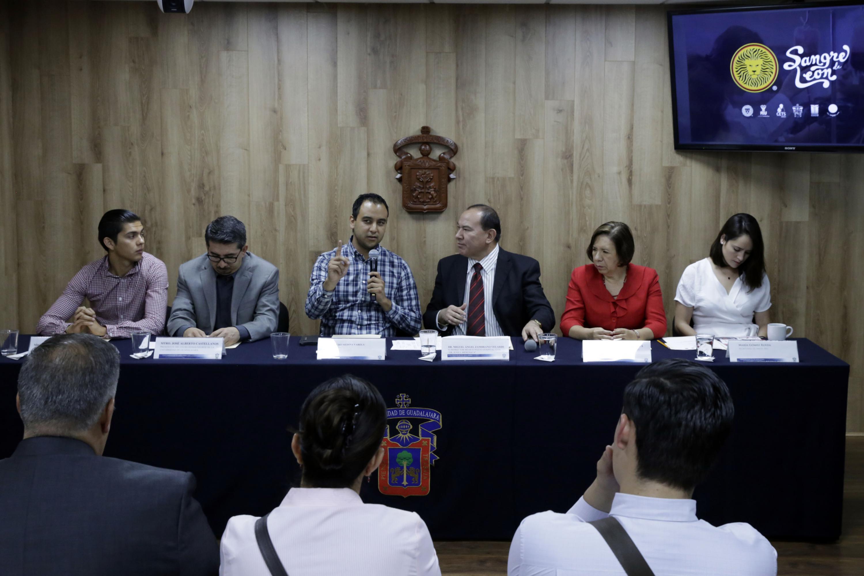 Cuatro hombres y tres mujeres en la mesa de la rueda de prensa