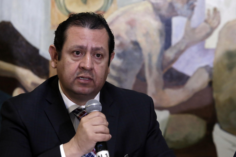 Doctor José Martín Gómez Lara, con micrófono en mano haciendo uso de la palabra, durante la rueda de prensa.