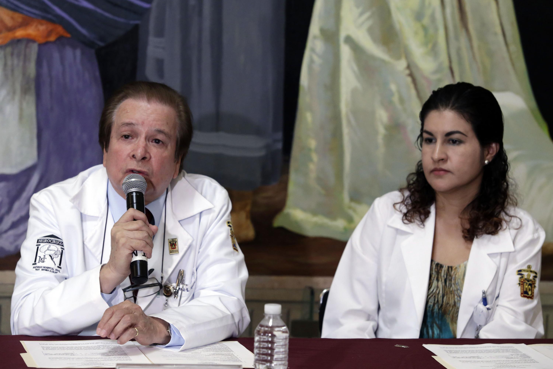 Doctor Leonardo Aguirre, especialista participante como panelista en rueda de prensa, haciendo uso de la palabra.