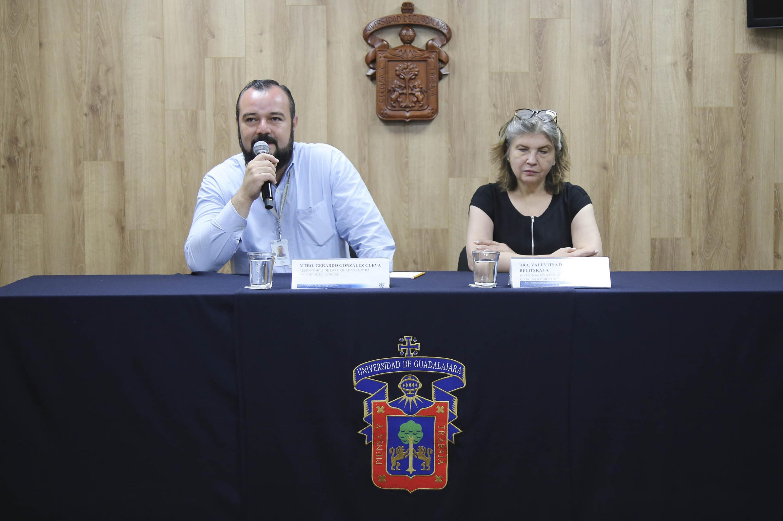 Académicos del Centro Universitario de Ciencias Biológicas y Agropecuarias, participando en rueda de prensa.