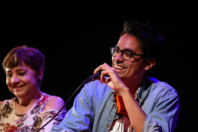 Fernando Sakanassi del Montaje Escénico impartido por Teatro Nómada (Taller) dirigiendo unas palabras al publico.