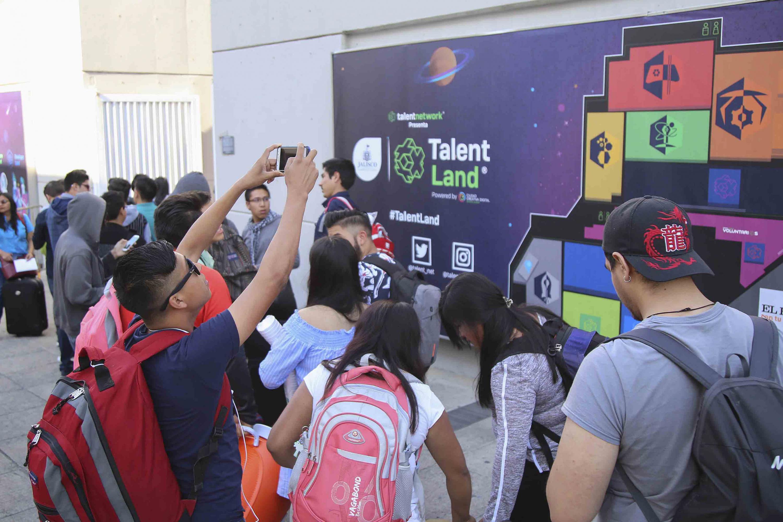 Jóvenes haciendo fila para ingresar a la primera edición de Jalisco Talent Land, en Expo Guadalajara.