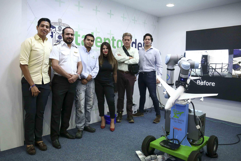Equipo creador del prototipo de simulador de vuelo, participando en el evento de Talent Land.