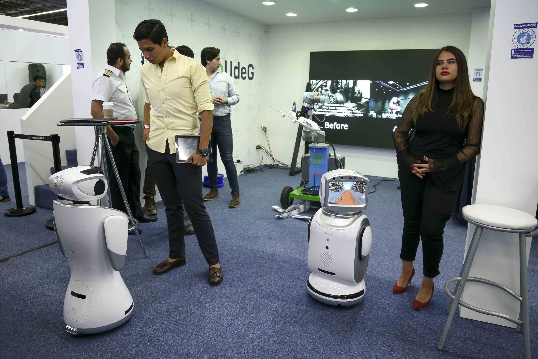 Stand del simulador de vuelos, con sus prototipos de robot en exhibición.