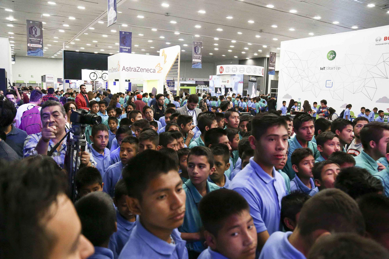 Cientos de jovenes estudiantes atienden una conferencia en Talent Campus