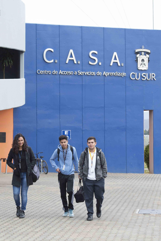 Estudiantes saliendo del Centro de Acceso a Servicios de Aprendizaje del CUSur.