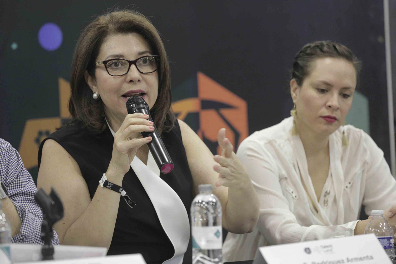 Vicerrectora Ejecutiva de la Universidad de Guadalajara (UdeG), doctora Carmen Enedina Rodríguez Armenta, hablando frente al micrófono durante rueda de prensa