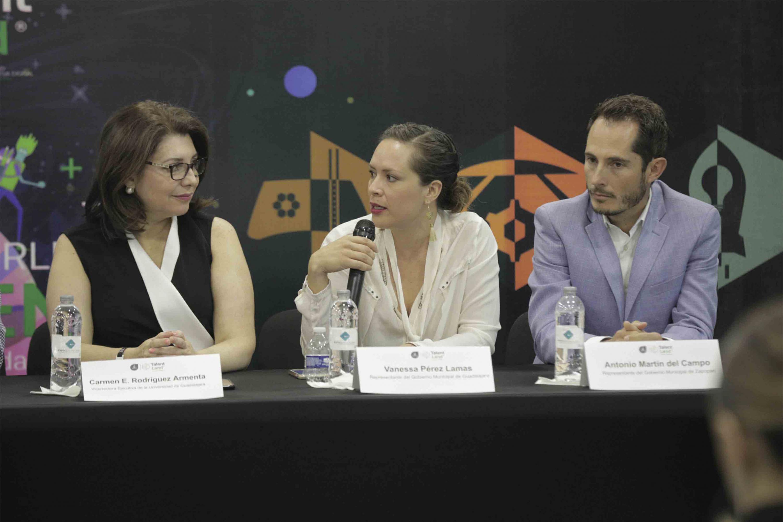 Vanessa Prez Lamas, hablando frente al micrófono durante rueda de prensa