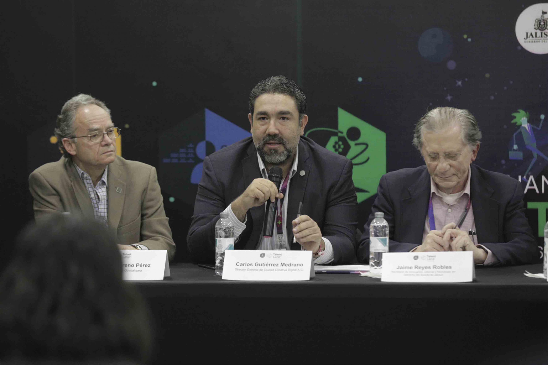 Licenciado Carlos Gutiérrez Medrano, director de la Asociación Civil Guadalajara Ciudad Creativa Digital, haciendo uso de la palabra durante rueda de prensa