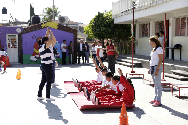 Educadora poniendo ejercicios a los niños