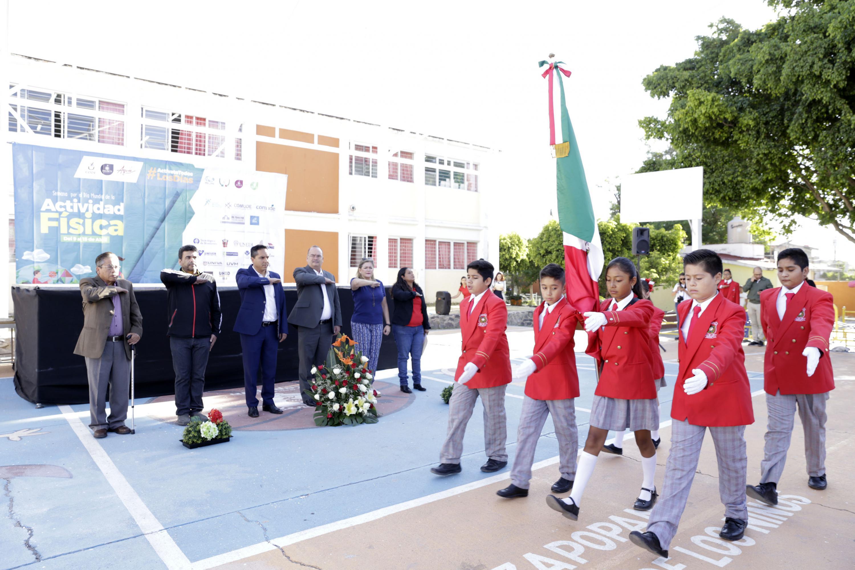 Niños de primaria haciendo honores a la bandera
