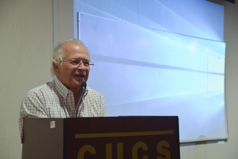 El Dr. Celis hablando al microfono durante la conferencia