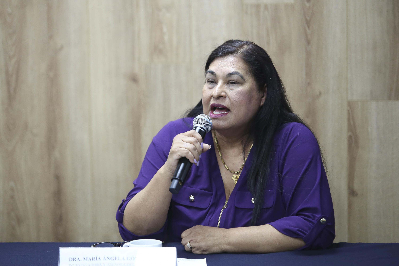 La Dra. María Ángela Gómez Pérez profesora investigadora del Departamento de Piscología Aplicada y coordinadora de la Maestría en Terapia Familiar del CUCS, haciendo uso de la palabra.