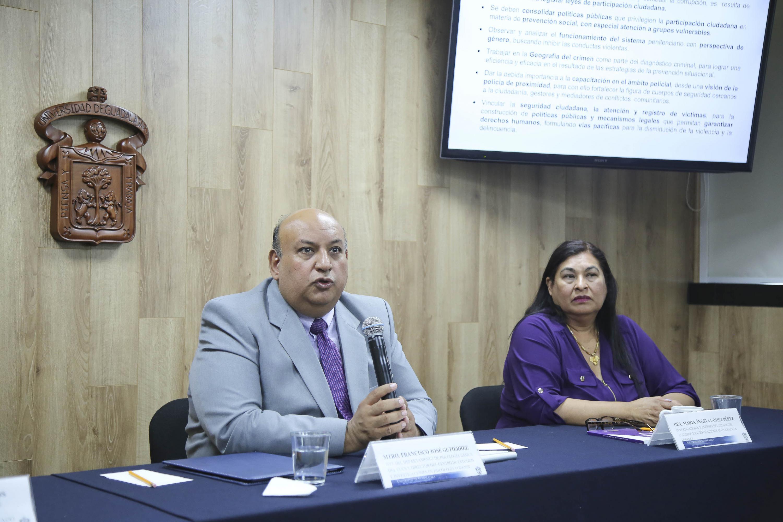 Doctor Francisco Gutiérrez Rodríguez, Jefe del Departamento de Psicología Básica del CUCS, haciendo uso de la palabra en la rueda de prensa.