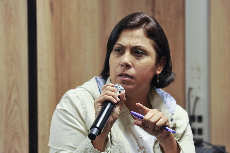 Rocio López, reportera de Notisistema, participando en la sesión de preguntas y respuestas.