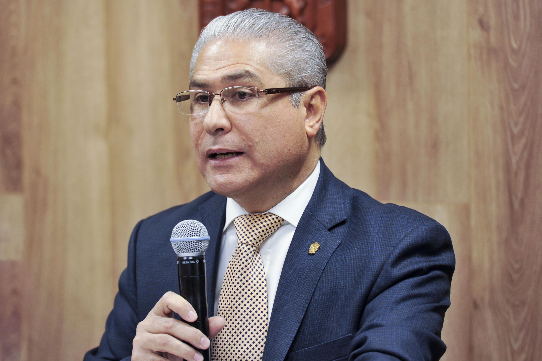 Doctor Horacio Radillo Morales, Subdirector Médico del Antiguo Hospital Civil de Guadalajara -Fray Antonio Alcalde-, participando en rueda de prensa.