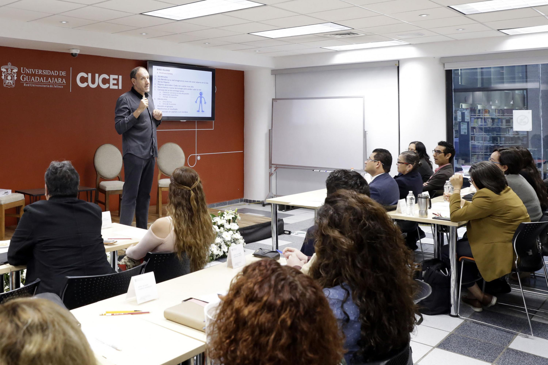 Ponente doctor Javier Martínez Aldanondo, Consultor de la ONU y del Banco Mundial en el área de gestión del conocimiento, haciendo uso de la palabra durante el III Curso-taller