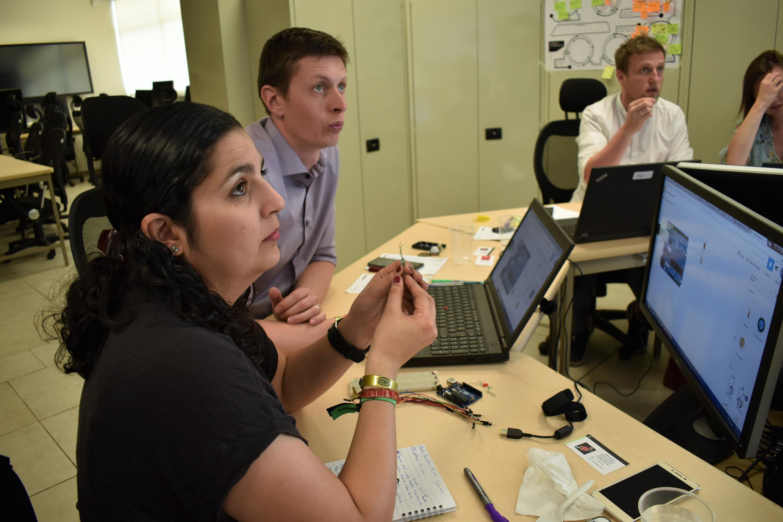 En primer plano, Athziri Moreno Romo, quien actualmente dirige el departamento de Intervención Estratégica y Cooperación Internacional del Centro de Innovación Central Bohemia, con sus compañeros investigadores.