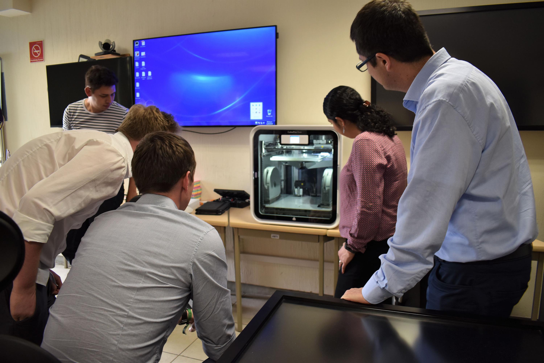 El  doctor Jorge Carlos Sanabria Zepeda, dando capacitación a los Investigadores checos sobre el uso de Impresión 3D.