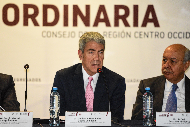 Doctor Guillermo Hernández Duque Delgadillo, Director General de Vinculación Estratégica de la ANUIES, frente al micrófono haciendo uso de la voz.