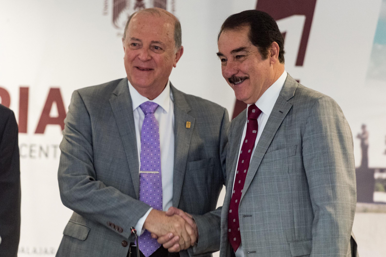 Doctor Miguel Ángel Navarro Navarro, Rector General de la Universidad de Guadalajara, compartiendo saludo con el licenciado Antonio Leaño Reyes, Rector de la Universidad Autónoma de Guadalajara.