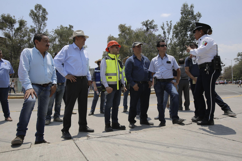 Policía vial dando indicaciones a representantes de la SIOP, Semov y el Ayuntamiento de Zapopan.