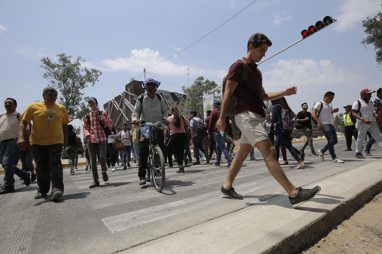 Comunidad universitaria, cruzando el paso peatonal en viaducto belenes.