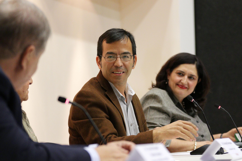 Tomas Granados hablo desde la mesa del presentacion