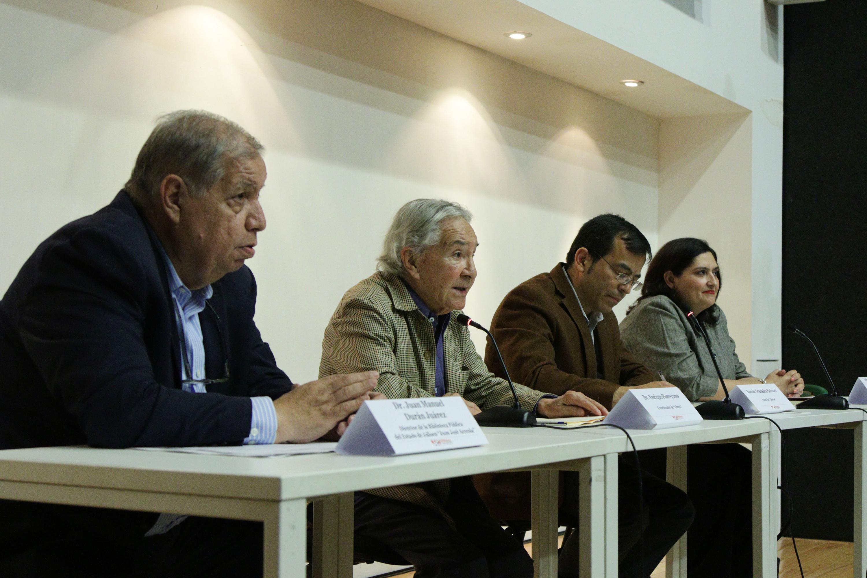 El autor de la obra acompañado de los moderadores e invitada