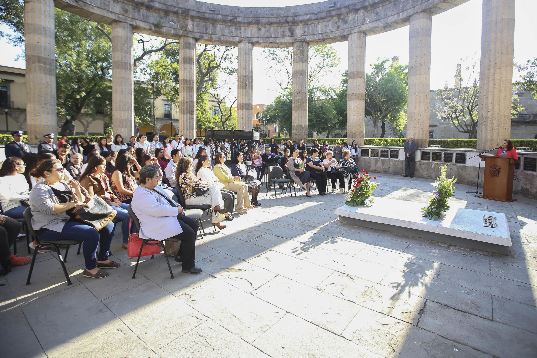 Miembros de la comunidad universitaria reunidos en la Rotonda de los Jaliscienses Ilustres para rendir homenaje a la educadora.